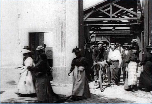 Картинки по запросу «Выход рабочих с завода Люмьер».