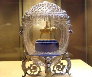 Пасхальное яйцо с памятником императору Александру III.